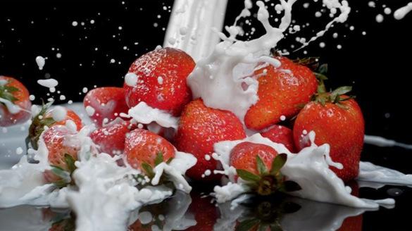 奶牛奶草莓奶茶鲜奶液体流体飞溅广告高速视频素材